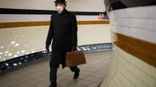 Un hombre con mascarilla protectora camina por un pasillo de la estación de metro de Lambeth North, el 2 de abril de 2020 en Londres