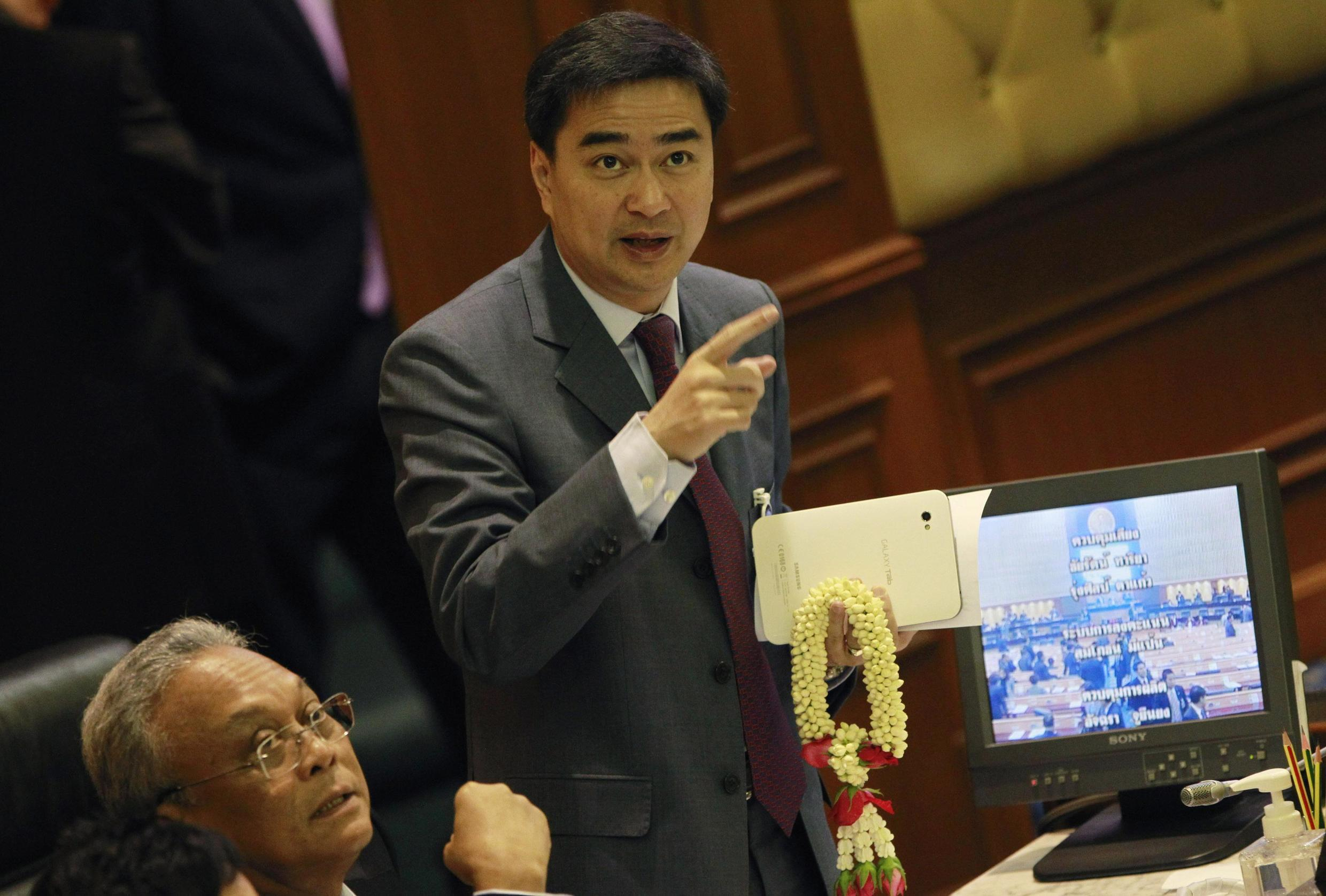 Thai Prime Minister Abhisit Vejjajiva looks at monitors displaying the votes during the censure debate, 19 March 2011