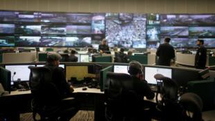 Des forces de sécurité devant des écrans de contrôle à La Mecque, le 29 août 2017.