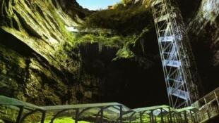 La sima de Padirac es un gran orificio de 75 metros de profundidad y 33 metros de diámetro. Cuenta además con un río y galerías subterráneas con concreciones calcáreas.