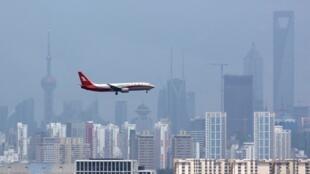 上海航空公司客机飞向虹桥机场2010年8月6日