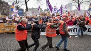Des membres du FNV, l'une des principales forces syndicales des Pays-Bas protestent contre l'allongement de l'âge de départ à la retraite. (Photo d'illustration)