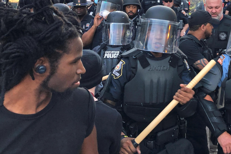 Policiais armados com bastões de madeira atravessam manifestação contra violência policial, em Atlanta, no dia 29 de maio de 2020.