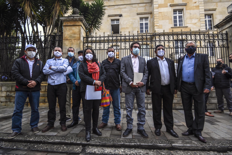 Integrantes del partido político de la exguerrilla FARC, en la entrada del Palacio de Nariño, sede del gobierno colombiano, el 6 de noviembre de 2020 en Bogotá