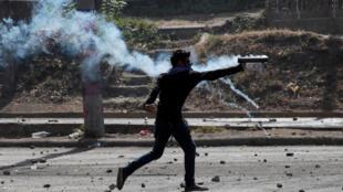 Manifestante joga morteiro em direção à polícia em Manágua, na Nicarágua, em 21 de abril de 2018.