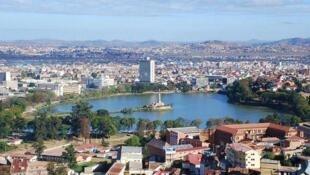 Un tombeau familial a été ouvert et pillé à Mahitsy, à une heure au nord d'Antananarivo, la capitale (photo).