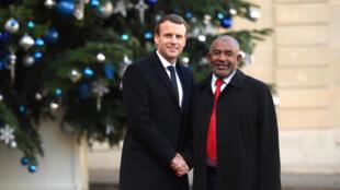 (Photo d'illustration) Le président français Emmanuel Macron et son homologue comorien, Azali Assoumani, lors d'une rencontre à l'Elysée, le 12 décembre 2017.