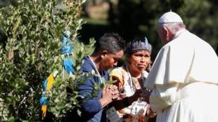 O Papa Francisco saúda membros de uma comunidade indígena da Amazônia durante as celebrações da Festa de São Francisco nos Jardins do Vaticano, no dia 4 de outubro de 2019.