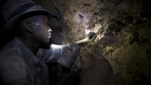 Un ouvrier dans une mine en Tanzanie.