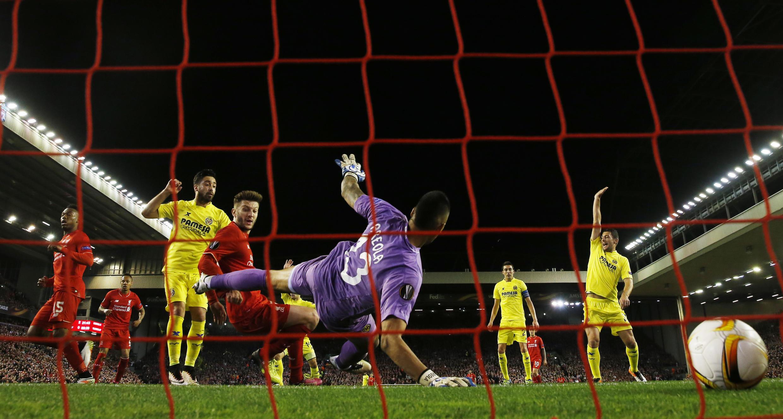 Adam Lallana, médio britânico do Liverpool (centro) apontou o terceiro golo do clube inglês.