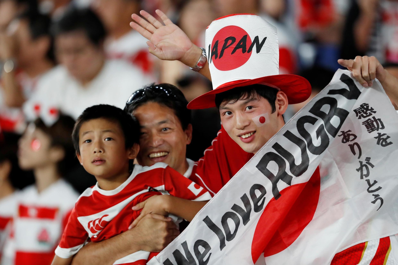 Des spectateurs japonais, lors du match Japon-Écosse de la Coupe du monde de rugby à XV, le 13 octobre 2019, à Yokohama.