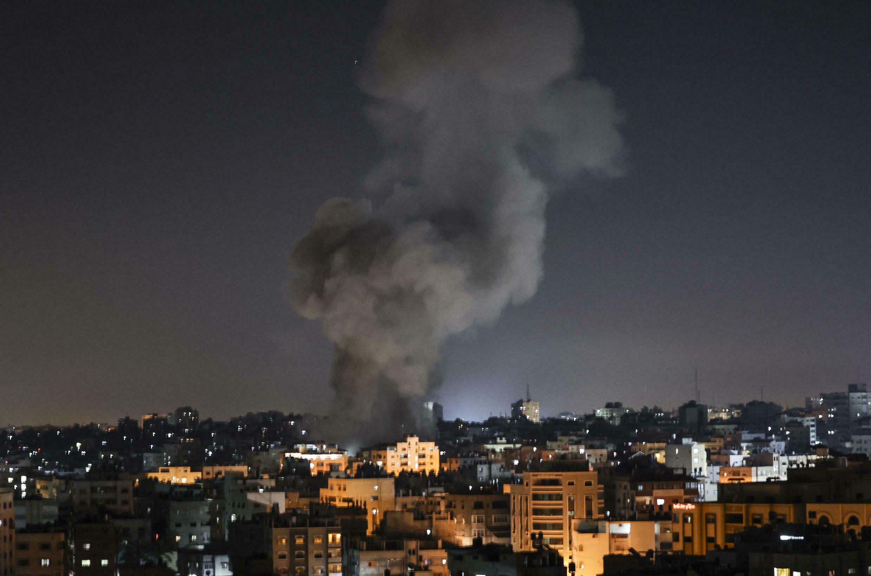 Una columna de humo tras el bombardeo israelí en Gaza, el 15 de mayo de 2021
