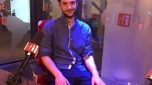 O artista plático Romain Vicari que expõe em Paris