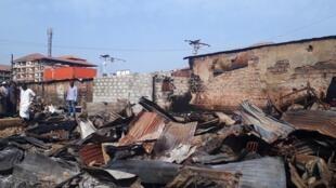 """Les décombres du lieu-dit """"Usine de matelas"""" dans le marché de Matoto à Conakry, le 22 février 2020."""