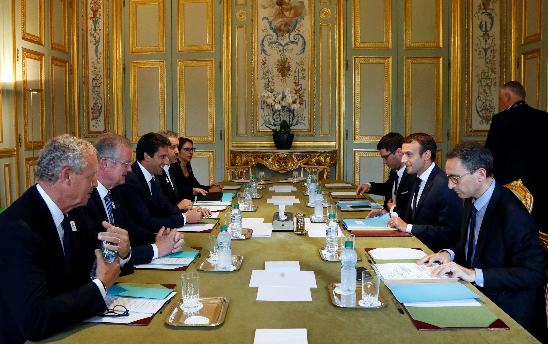 Les Co-présidents du comité d'organisation pour la candidature de Paris aux JO 2024, Bernard Lapasset et Tony Estanguet, le membre du CIO Guy Drut, et le Président français Emmanuel Macron en réunion au Palais de l'Elysée, à Paris le 6 juillet 2017.