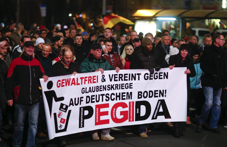 Cette pancarte appelle à rejeter les guerres religieuses du sol allemand, plaçant les nazis et Daesh dans le même sac. Mais l'acronyme du mouvement se réfère explicitement à l'islam. Dresde, 15 décembre 2014.