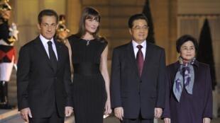 法国总统萨科齐夫妇十一月四在爱丽舍宫为胡锦涛夫妇进行盛大晚宴。