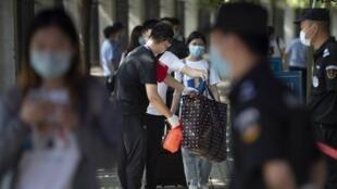 En Chine, les étudiants craquent face aux restrictions imposées dans le cadre de la lutte contre l'épidémie de Covid-19. Certains ont aussi manifesté leur fatigue des contrôles de santé à répétition, des barricades à l'entrée des campus.