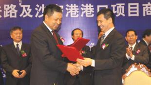 Lễ ký kết hợp đồng giữa Trung Quốc và Cam Bốt với các đại diện của China Railway và Cambodia Iron and Steel Mining Industry (DR)