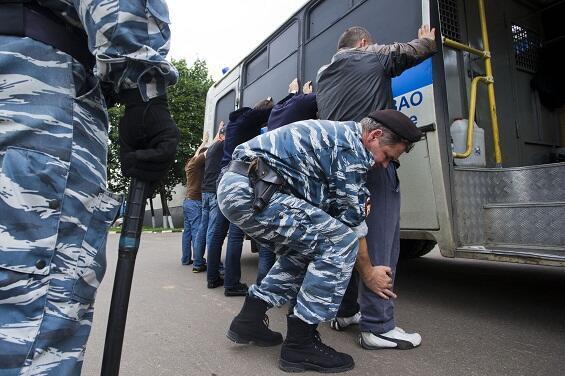 """Обыск полицейскими задержанных на одном из московских рынков во время операции """"зачистки"""""""