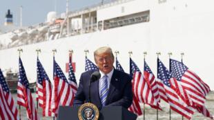 美国总统特朗3月28日在弗吉尼亚州诺福克的海军基地发表讲话。