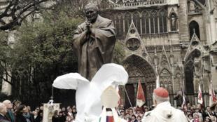 Церемония открытия памятника папе римскому Иоанну Павлу II в Париже, 25 октября 2014 г.