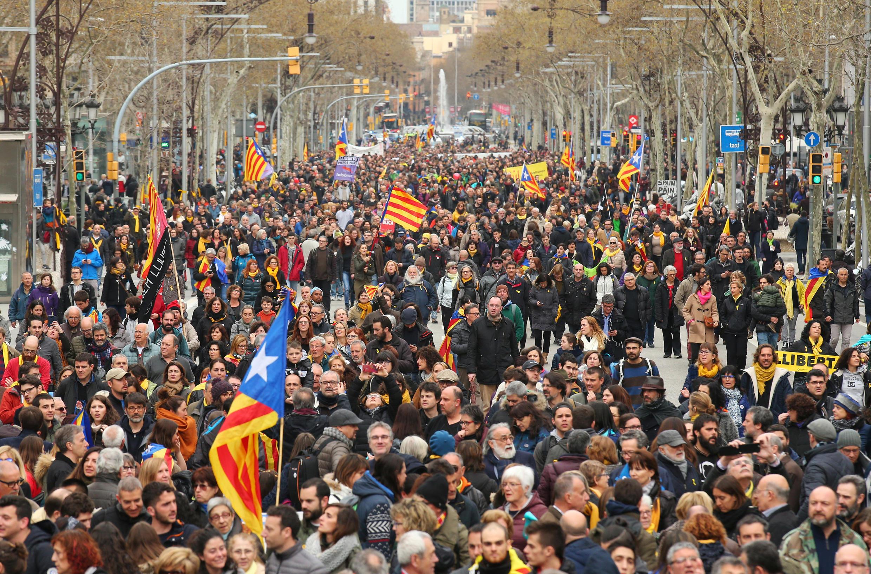 Hàng ngàn người ủng hộ độc lập Catalunya biểu tình tại Barcelona sau khi ông Carles Puigdemont bị câu lưu tại Đức, ngày 25/03/2018.