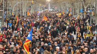 Milhares de independentistas manifestaram em Barcelona no passado Domingo, depois da detenção de Carles Puigdemont na Alemanha