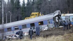 Les opérations de secours se sont poursuivies toute la nuit sur le site du déraillement du train.