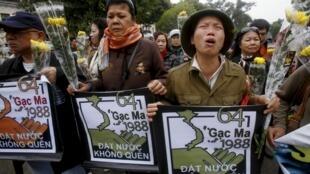 Người dân Hà Nội tưởng niệm 28 năm trận hải chiến Gạc Ma (14/03/1988). Bên phía Việt Nam có 64 chiến sĩ đã hy sinh trong trận hải chiến này.