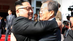 """Lãnh đạo Bắc Triều Tiên Kim Jong Un (T) và tổng thống Hàn Quốc Moon Jae In """"tái ngộ"""" tại Bàn Môn Điếm ngày 26/05/2018."""