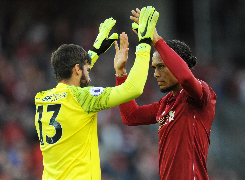 Virgil van Dijk e Alison, do Liverpool, celebram a vitória frente ao PSG - 18.9.2018