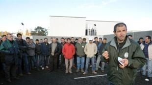 Des éleveurs bovins bloquant un abattoir, le 10 Novembre 2010 à Cholet. .