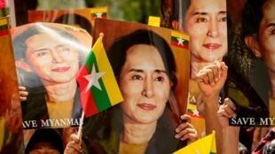 Birmanos residentes en Tailandia muestran imágenes de Aung San Suu Kyi durante una protesta contra el golpe militar en su país, el 7 de marzo de 2021 en Bangkok