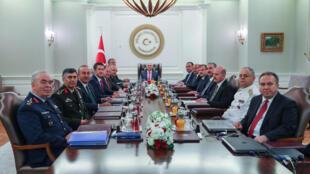 Thổ Nhĩ Kỳ :Thủ tướng Binali Yildirim chủ trì cuộc họp Hội Đồng Quân Sự Tối Cao (YAS), với sự hiện diện của tổng tham mưu trưởng Hulusi Akar tại dinh Cankaya, Ankara, ngày 2/08/2017..