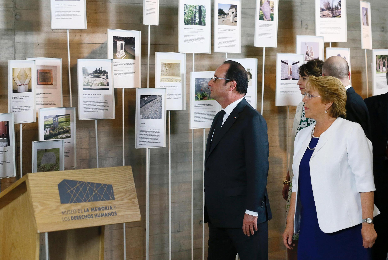 Tổng thống Pháp Hollande cùng người đồng nhiệm Chilê, bà Michelle Bachelet, viếng Viện Bảo Tàng Ký Ức, tại Santiago, ngày 21/01/2017.