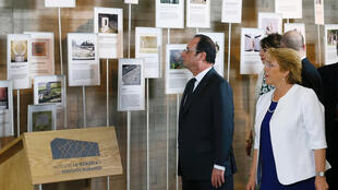 Hollande visits Chile's Human Rights Memorial Museum with Michelle Bachelet