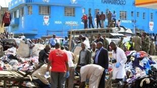 Equipe legista queniana trabalha no local onde aconteceram as duas explosões desta sexta-feira (16) no mercado de roupas usadas Gikomba, próximo ao centro de Nairóbi.