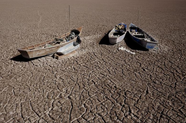 Barcos de pescadores atolados no lago boliviano Poopo que durante a estação da seca, torna-se uma planície de argila em Oruro, na Bolívia, em 17 de dezembro de 2015.