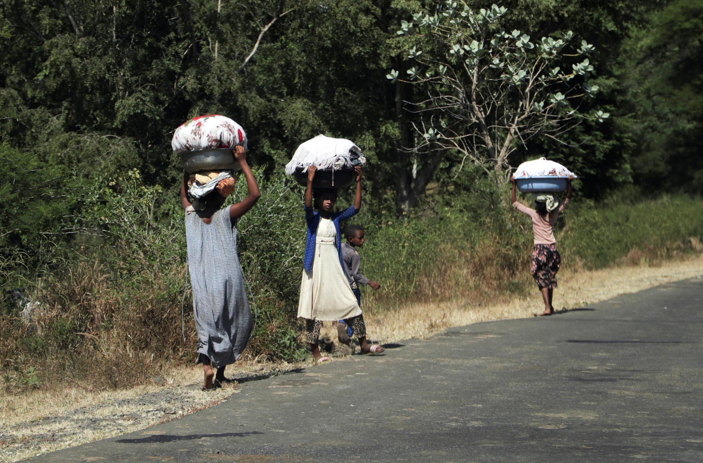 Raia wa Ethiopia wakiyakimbia mapigano huko Tigray, Novemba 9, 2020.