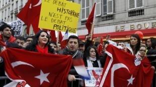 Turcos e descendentes residentes em Paris protestam em frente à Assembleia Nacional contra a apropriação do debate do genocídio armênio pelo governo de Nicolas Sarkozy.