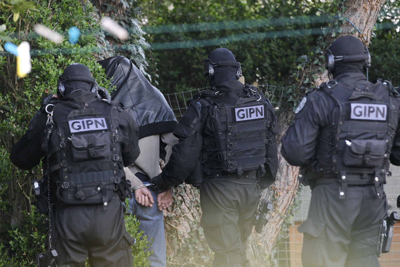 Lực lượng cảnh sát đặc nhiệm Pháp bắt giữ một thành viên Hồi giáo cực đoan tại Coueron, gần Nantes ngày 30/03/2012.