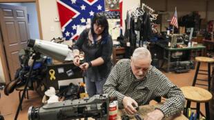 Paul Coffey y Cammie Slaughter en su tienda del centro de Dalton, Georgia, donde Donald Trump asiste a un mitin el lunes por la noche antes de las elecciones al Senado del martes.