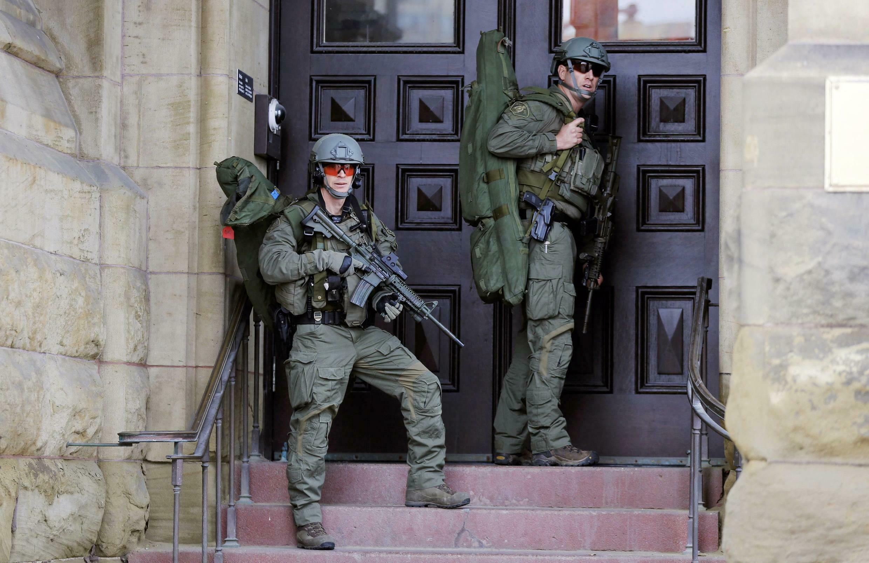 Binh sĩ Canada canh gác trước trụ sở Nghị viện, Ottawa, 22/10/2014