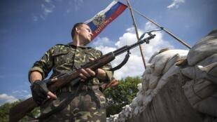 Activistas separatistas prorrusos montan guardia en las afueras de la ciudad Lysychansk, Lugansk, Ucrania oriental
