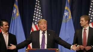 le candidat républicain Donald Trump (au centre), encadré par ses fils Donald Jr (G) et Eric (D), à Las Vegas, le 23 février 2016.
