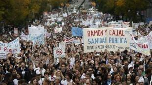 Manifestation contre la politique régionale concernant la santé publique espagnole, dans les rues de Madrid, le 18 novembre 2012.