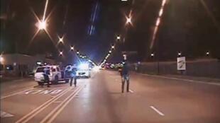 Séquence tirée de la vidéo publiée le 24 novembre par la police de Chicago montrant Laquan McDonald (à droite) avant qu'il ne soit tué en octobre 2014.