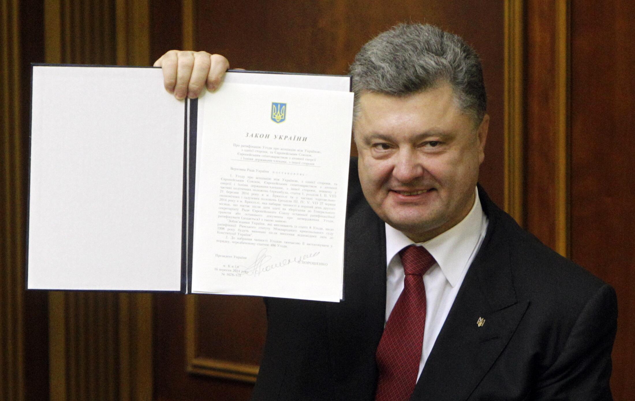 Президент Украины Петр Порошенко показывает подписанное СА с Евросоюзом в Верховной Раде. Киев, 16 сентябра, 2014