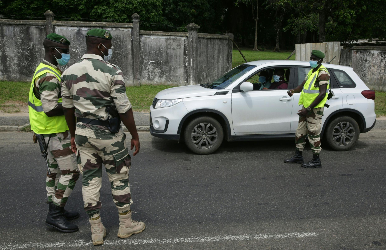 Un contrôle de voiture à un checkpoint à Libreville, au Gabon, lors du confinement, le 13 avril 2020.